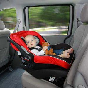 bambino nel seggiolino auto