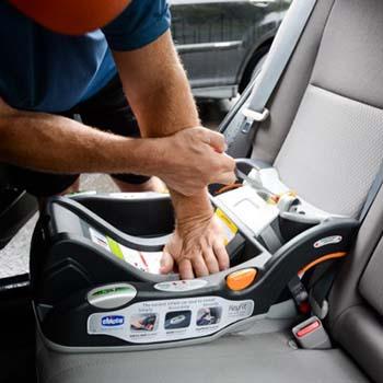 Come agganciare il seggiolino auto in macchina
